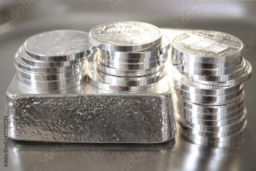 Leinwanddruck Bild Geldanlage in echte Silbermünzen und Silberbarren