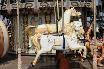 chevaux de bois sur un manège ancien