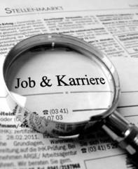 Job und Karriere Zeitung mit Lupe