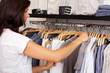 attraktive frau kauft kleidung