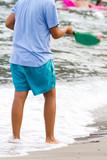 Ragazzo che gioca a racchette in spiaggia