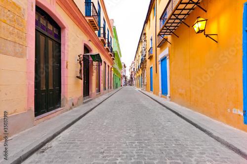ulica-w-starej-hawanie-odsunieta-na-bok-przez-kolorowe-budynki