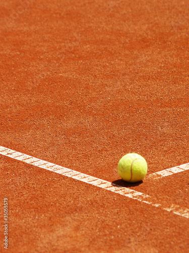 Tennis Ball auf der T-Linie 9