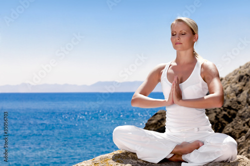 Leinwanddruck Bild Beautiful girl meditating in yoga pose