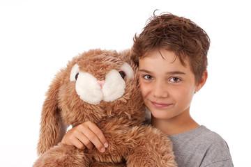 Netter, hübscher, kindlicher Junge mit Kuscheltier - Hase