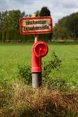 Löschwasser Entnahmestelle mit ländlichem Hintergrund