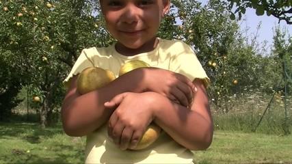 Enfant portant des pommes