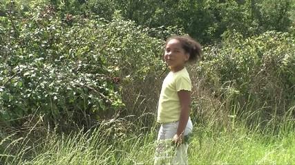 Jeune fille qui mange des mûres à la campagne