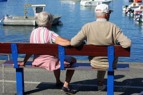 vieux couple sur un banc photo libre de droits sur la banque d 39 images image 35073985. Black Bedroom Furniture Sets. Home Design Ideas