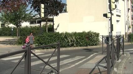 2 enfants traversant la rue