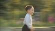 Маленький мальчик бежит к матери 1