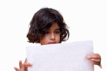bambina con cartello in mano