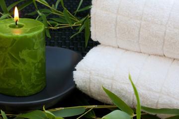 Serviettes de bain, bougie et bambou