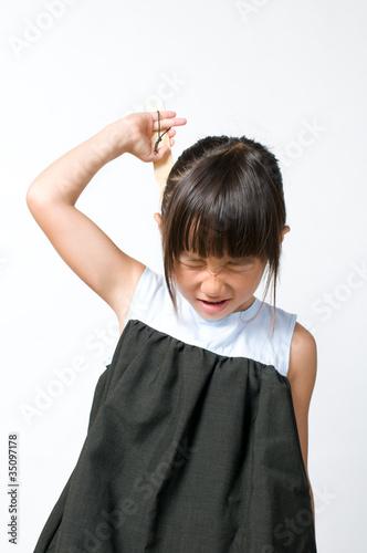 背中を掻く女の子