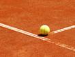 Tennis Ball auf der T-Linie 10