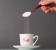 Zucchero bianco cade nella tazzina del caffè