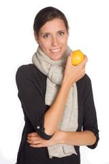 Frau mit Zitrone in der Hand