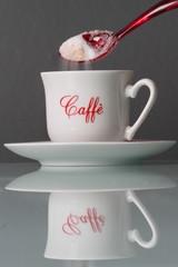 Versare zucchero bianco nel caffè