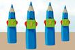 quatre crayons de couleur sur le chemin de l'école