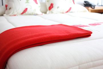 Cama con manta roja
