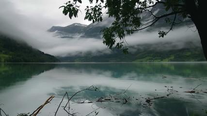 Fjord im Regen
