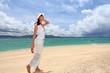 ビーチで散歩している女性
