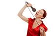 Frau singt Karaoke mit Mikrofon