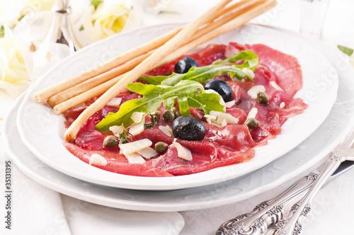 Carpaccio mit Parmesan und Oliven