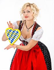 junge frau im bayerischen trachtenkleid mit oktoberfest herz
