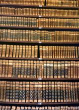 Alte Bücher in einer Bibliothek Bücherregal