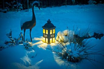 verschneiter Garten mit Laterne