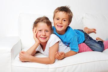 Geschwister auf der Couch