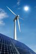 Solarmodule und Windkraftrad vor sonnigem Himmel