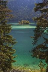 Insel in türkisem Bergsee