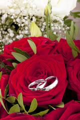 Eheringe auf einem Brautstrauß