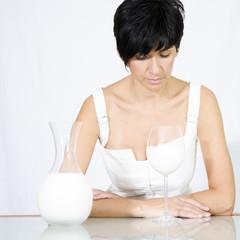 Mujer con copa de leche