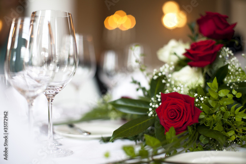 wedding table decoration roses and white glasses