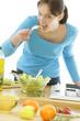 Femme goûtant la salade