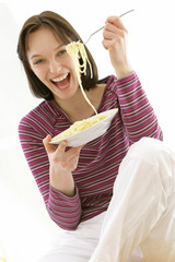 Femme - Assiette de spaghettis