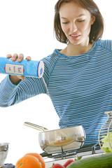 Femme versant du sel
