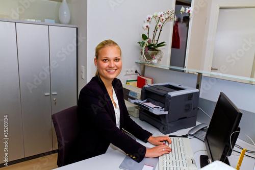Junge Geschäfsfrau im Büro