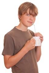 Junge trinkt mit einem Strohhalm