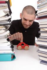 employé jouant au bureau