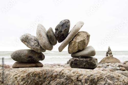 Brücke aus Steinen am Meer
