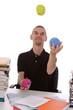 homme jonglant avec boule antistress