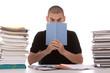 homme lisant au travail