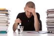 homme ayant la migraine au travail