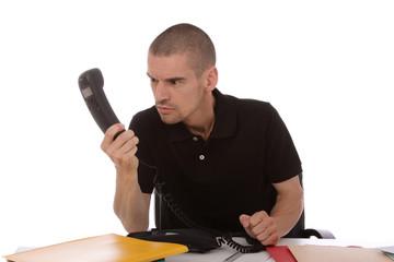 homme agressif au téléphone