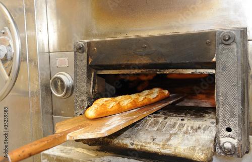 Barras de pan saliendo del horno