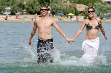 glückliches Strandlaufpaar
